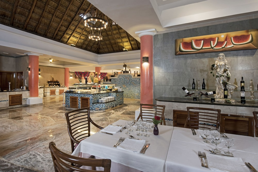 https://i.travelapi.com/hotels/1000000/890000/889900/889873/6f42ef0f_z.jpg