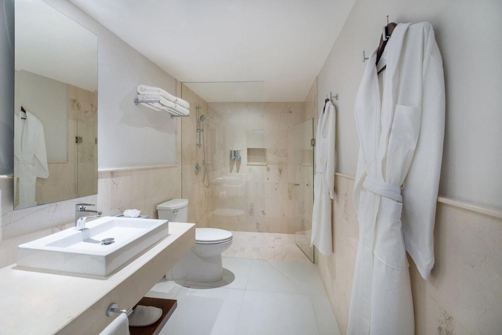 https://i.travelapi.com/hotels/1000000/890000/889900/889873/7a1479dc_z.jpg