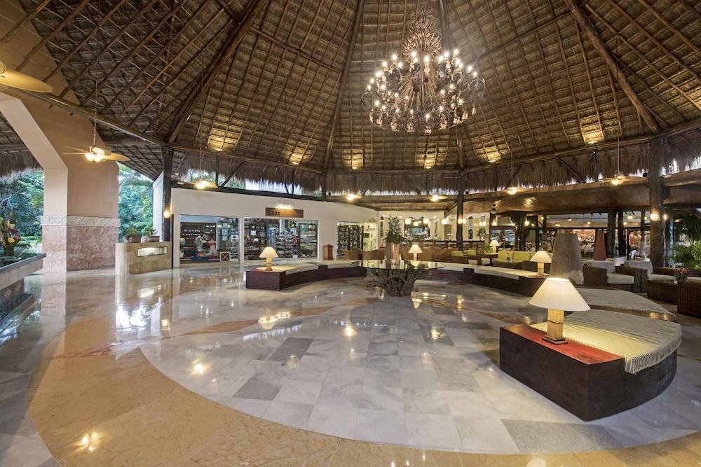 https://i.travelapi.com/hotels/1000000/890000/889900/889873/ff382212_z.jpg
