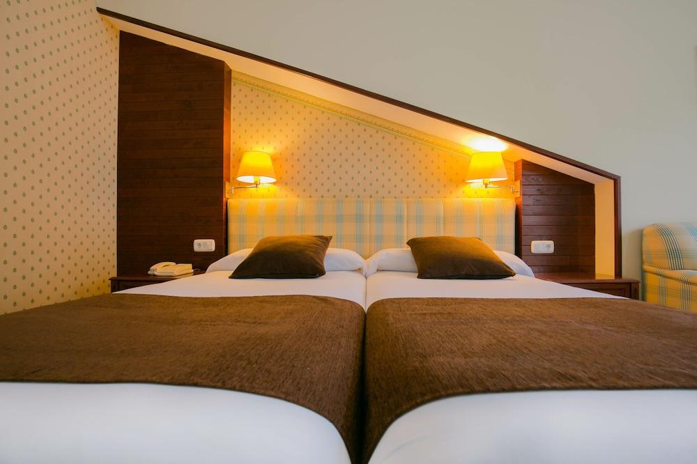 https://i.travelapi.com/hotels/1000000/890000/889900/889886/bef18fa5_z.jpg