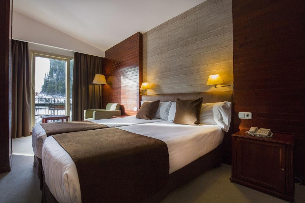 https://i.travelapi.com/hotels/1000000/890000/889900/889886/ea96d808_z.jpg