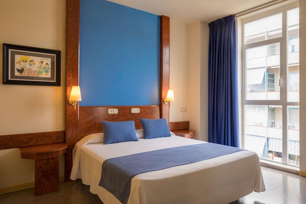 https://i.travelapi.com/hotels/1000000/890000/889900/889887/404fd7be_z.jpg