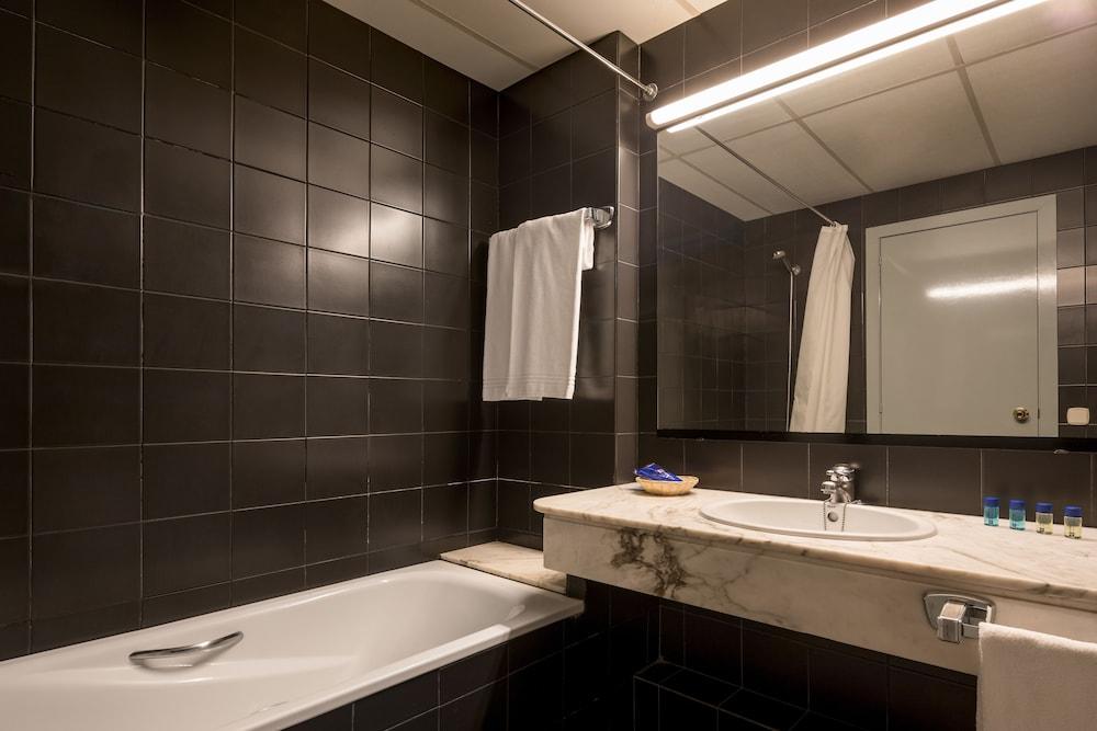 https://i.travelapi.com/hotels/1000000/890000/889900/889887/f36a6cf6_z.jpg