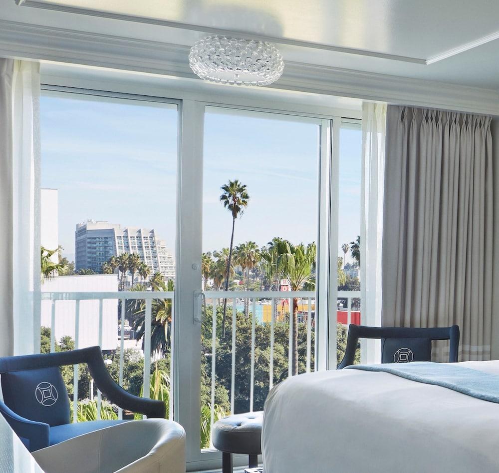https://i.travelapi.com/hotels/1000000/890000/890000/889909/4fcf4ebe_z.jpg
