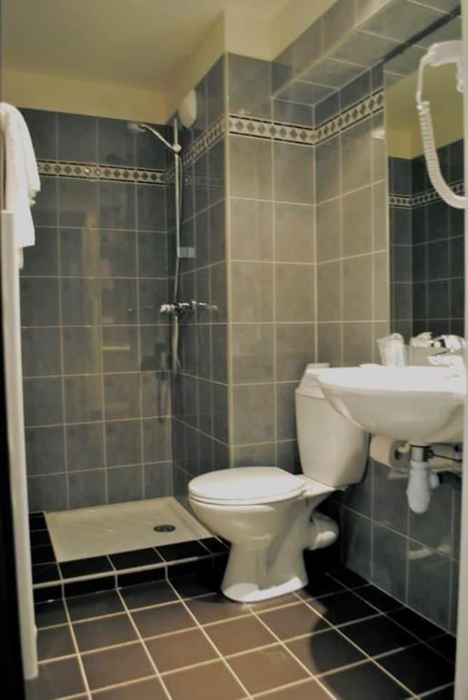 호텔 얼라이언스 루르드(Hôtel Alliance Lourdes) Hotel Image 16 - Bathroom Shower