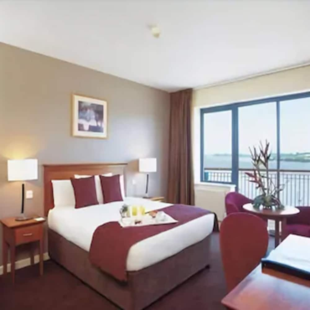 https://i.travelapi.com/hotels/1000000/90000/83500/83413/d54a3a53_z.jpg