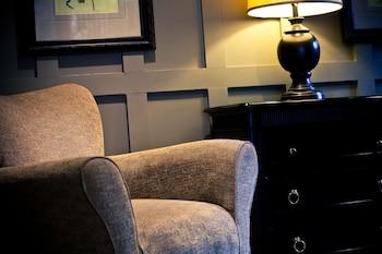 Lobby Sitting Area at Inns of Virginia - Falls Church in Falls Church