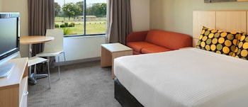 Guestroom at Travelodge Hotel Garden City Brisbane in Upper Mount Gravatt
