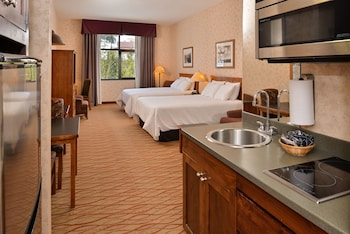 Suite, Multiple Beds, Kitchen, Mountain View