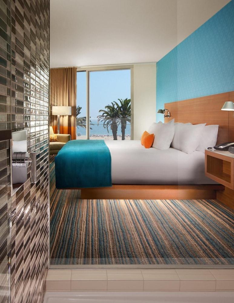 https://i.travelapi.com/hotels/1000000/900000/893300/893218/0a943843_z.jpg