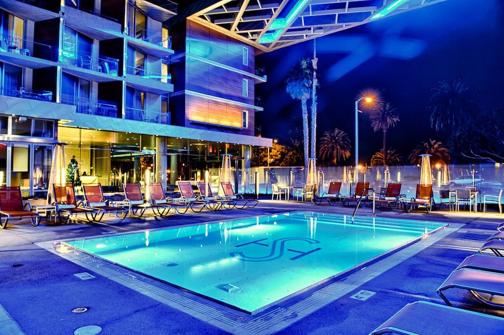 https://i.travelapi.com/hotels/1000000/900000/893300/893218/afb7d54d_z.jpg