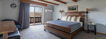 Standard Room, 1 King Bed, Jetted Tub, Mountain View