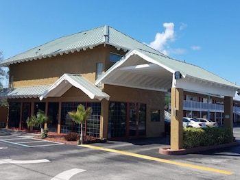 Hotel - Econo Lodge Cocoa Beach - near the Port