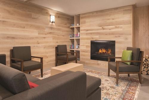 . Country Inn & Suites by Radisson, Pella, IA