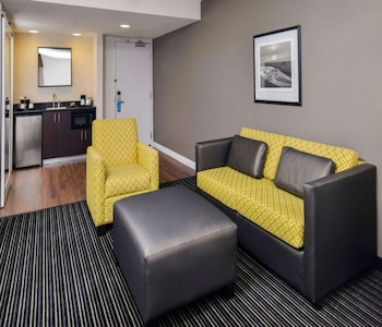Suite, 1 King Bed, Accessible, Corner