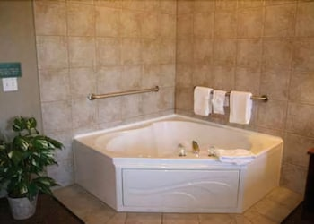 King Studio w/jetted tub