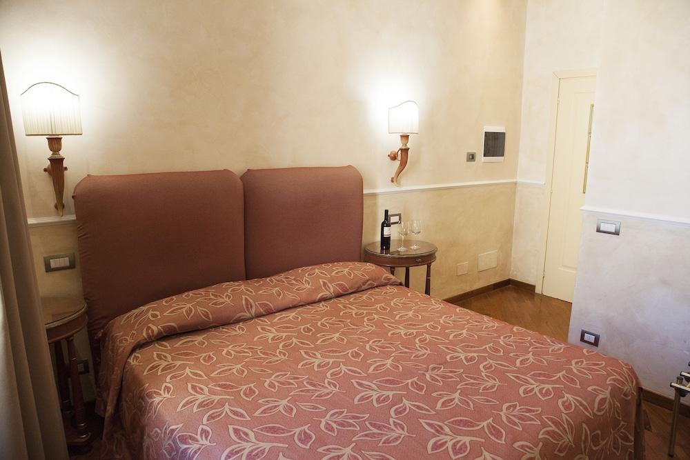 Hotel Aurora, Featured Image