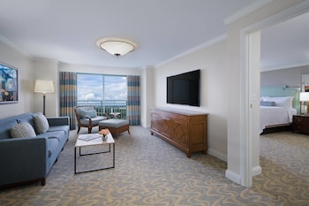 Executive Suite, 1 King, Sofa bed, Lakefront