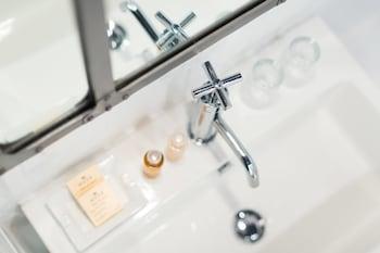 Best Western Hôtel So'Co by HappyCulture - Bathroom Sink  - #0