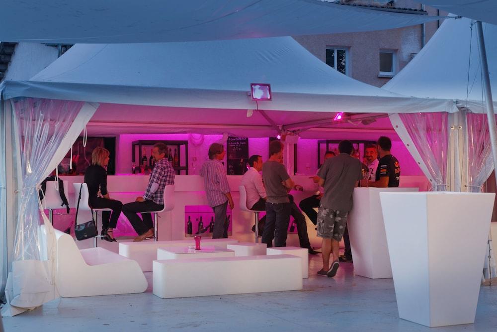 인터-호텔 푸아 오텔 뒤 락(INTER-HOTEL Foix Hôtel du Lac) Hotel Image 32 - Poolside Bar