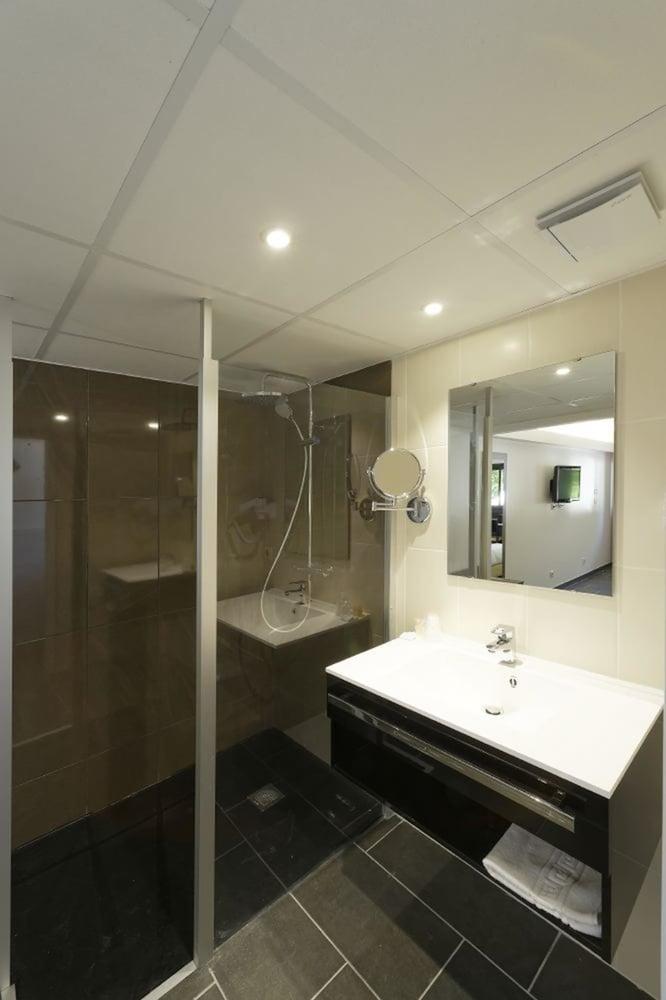 인터-호텔 푸아 오텔 뒤 락(INTER-HOTEL Foix Hôtel du Lac) Hotel Image 51 - Bathroom