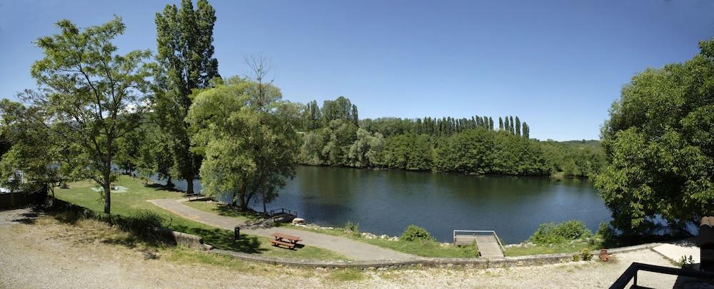 인터-호텔 푸아 오텔 뒤 락(INTER-HOTEL Foix Hôtel du Lac) Hotel Image 1 - Lake View