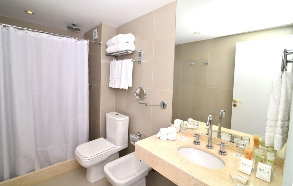 래디슨 호텔 콜로니아 델 사크라멘토(Radisson Hotel Colonia del Sacramento) Hotel Image 22 - Bathroom