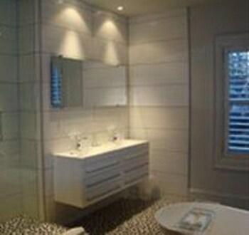 https://i.travelapi.com/hotels/1000000/910000/903300/903217/33ee07e2_b.jpg
