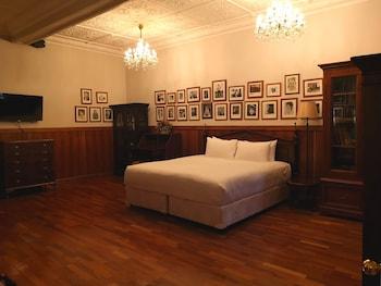 Manor King Room with Shared Bathroom