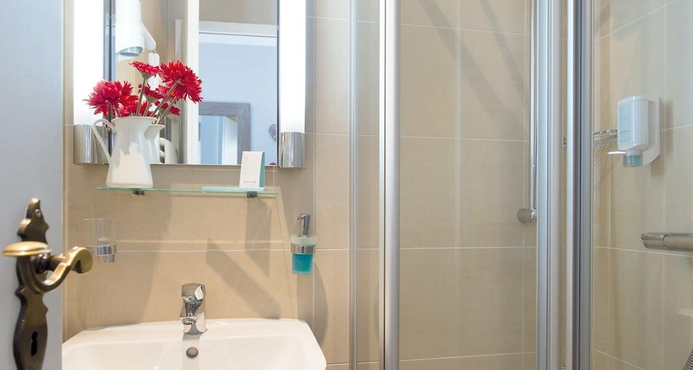 빅토르 제호텔 바인가르트너(Victor's Seehotel Weingärtner) Hotel Image 23 - Bathroom