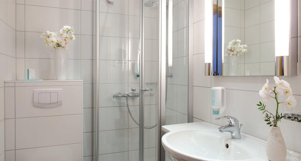 빅토르 제호텔 바인가르트너(Victor's Seehotel Weingärtner) Hotel Image 25 - Bathroom
