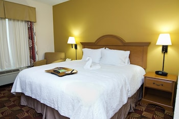 Guestroom at Hampton Inn & Suites Orlando International Drive North, FL in Orlando