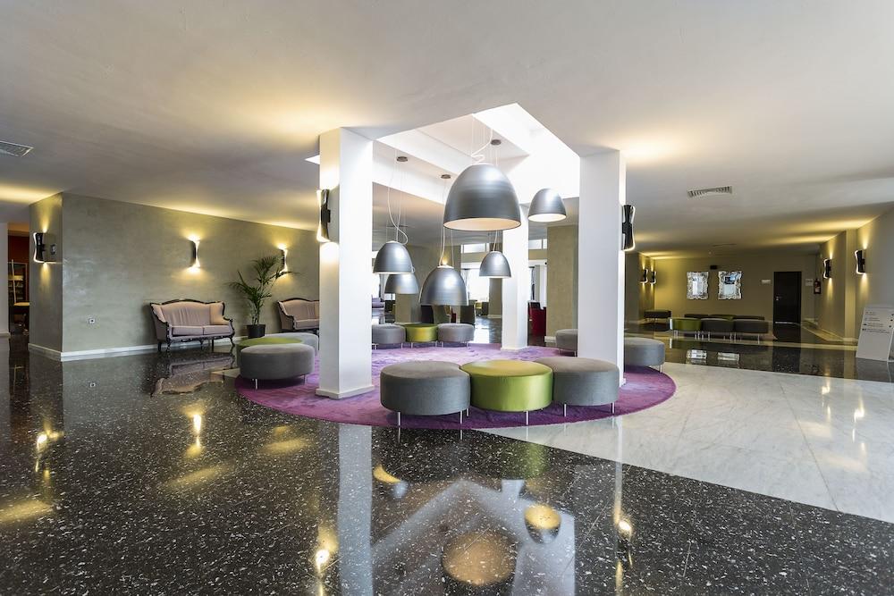 https://i.travelapi.com/hotels/1000000/910000/909400/909353/faf7a13f_z.jpg