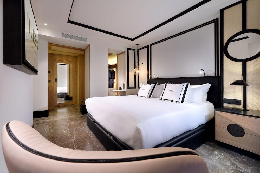 https://i.travelapi.com/hotels/1000000/910000/909400/909354/e1f4bac2_z.jpg