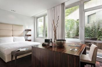 Hotel - Sina The Gray