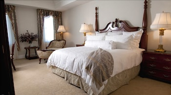 Guestroom at Market Pavilion Hotel in Charleston