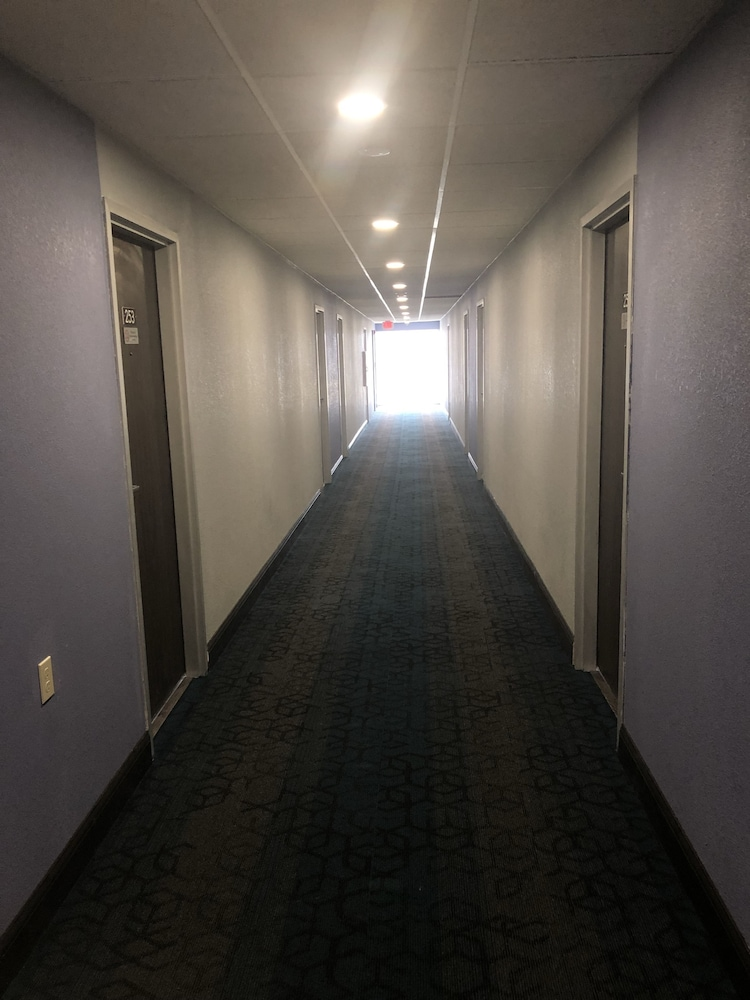 데이즈 인 바이 윈덤 그로브 시티 콜럼버스 사우스(Days Inn by Wyndham Grove City Columbus South) Hotel Thumbnail Image 21 - Hallway