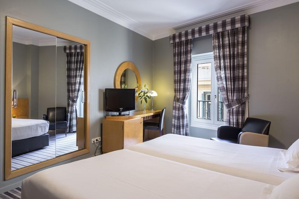 https://i.travelapi.com/hotels/1000000/920000/911700/911686/ef0781e4_z.jpg