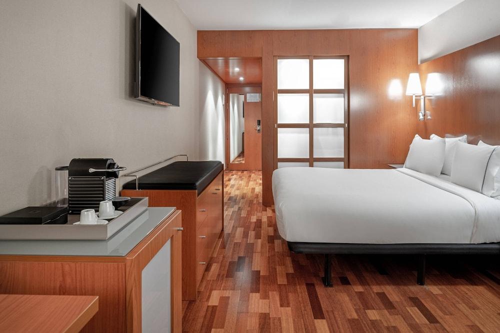 https://i.travelapi.com/hotels/1000000/920000/912200/912168/5ef68bb8_z.jpg