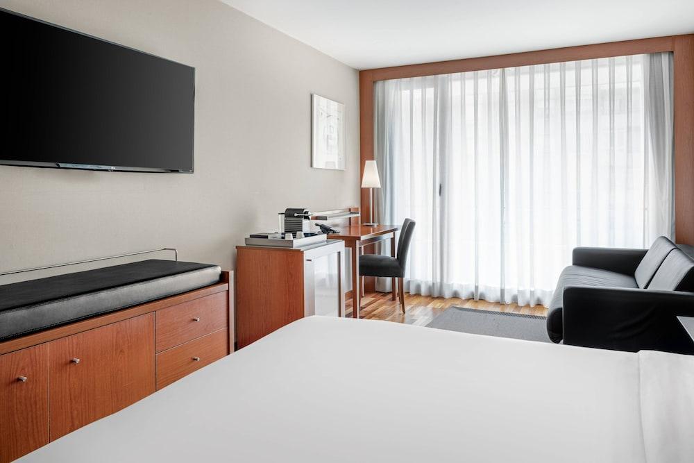 https://i.travelapi.com/hotels/1000000/920000/912200/912168/d2e69626_z.jpg