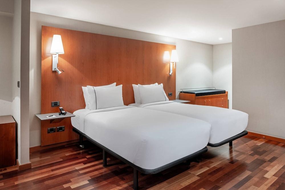 https://i.travelapi.com/hotels/1000000/920000/912200/912168/e3d673e0_z.jpg