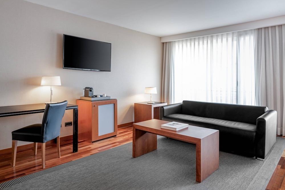 https://i.travelapi.com/hotels/1000000/920000/912200/912168/f0920db2_z.jpg
