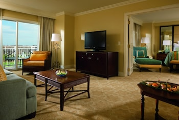 Executive Suite, 1 King Bed, Lakeside (Club Level, High Floor)