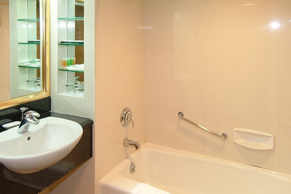 광둥 호텔(Guangdong Hotel) Hotel Image 32 - Deep Soaking Bathtub