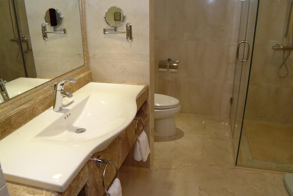 광둥 호텔(Guangdong Hotel) Hotel Image 33 - Bathroom Sink