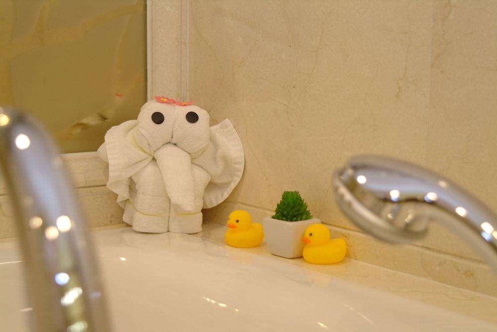 광둥 호텔(Guangdong Hotel) Hotel Image 34 - Bathroom Shower