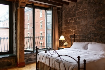 Signature Room, 1 King Bed (St. Paul Street View)