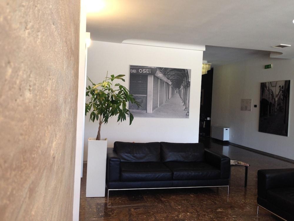 호텔 알 카손(Hotel Al Cason) Hotel Image 1 - Lobby Sitting Area