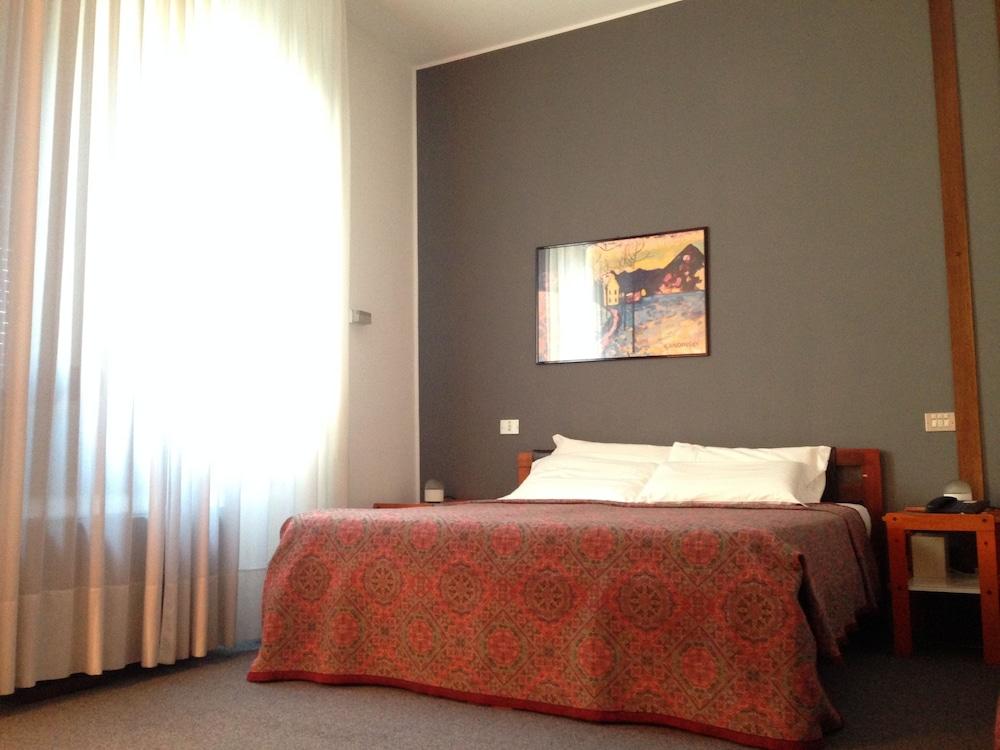 호텔 알 카손(Hotel Al Cason) Hotel Image 7 - Guestroom