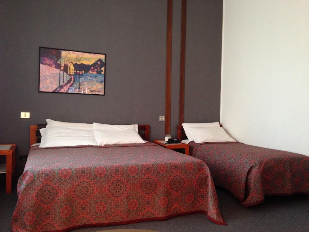 호텔 알 카손(Hotel Al Cason) Hotel Image 2 - Guestroom